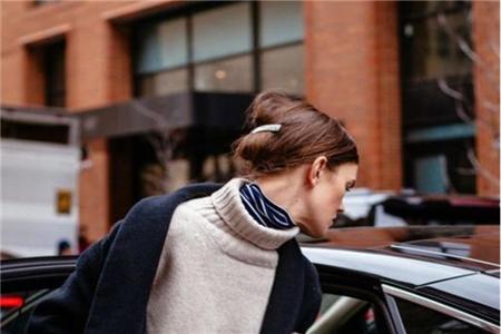 如何巧用你的丝巾系法,为你的秋冬装增添光彩 丝巾系法 服饰搭配  第1张