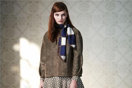 如何巧用你的丝巾系法,为你的秋冬装增添光彩 丝巾系法 服饰搭配  第3张