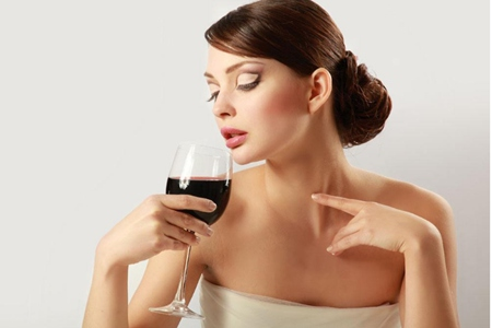 女性喝红酒