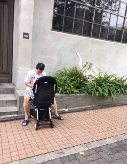潮人奶爸冠希哥东京街头被拍,FB上发图文表不满