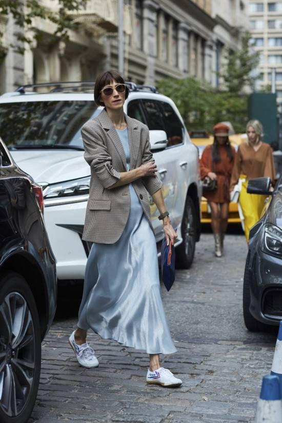 早秋西裝搭配絲綢風優雅長裙 混搭輕熟風全面上線