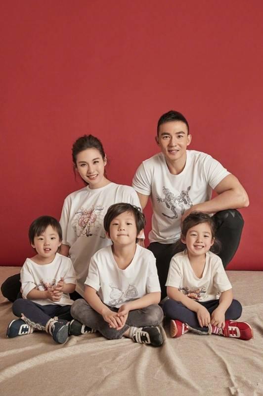 刘畊宏一家拍摄全家福,三个孩子仿佛复制黏贴超级萌