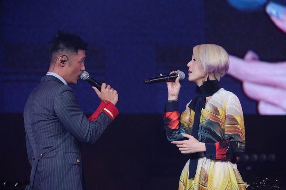 余文乐婚后首度亮相,助阵杨千嬅跨年演唱会