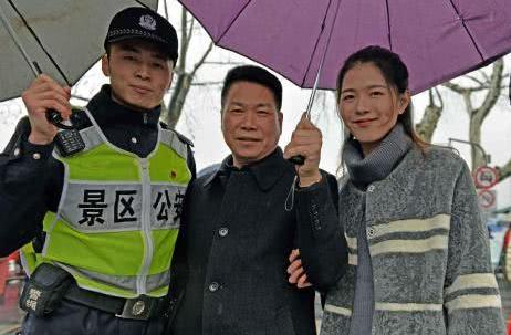 春节值班民警太感人 妻子探班满满情谊