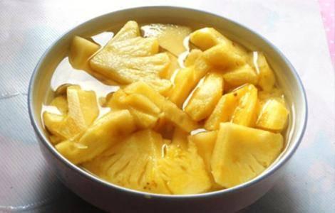 为什么吃菠萝之前要先浸泡盐水?不泡盐水不可以吃吗?