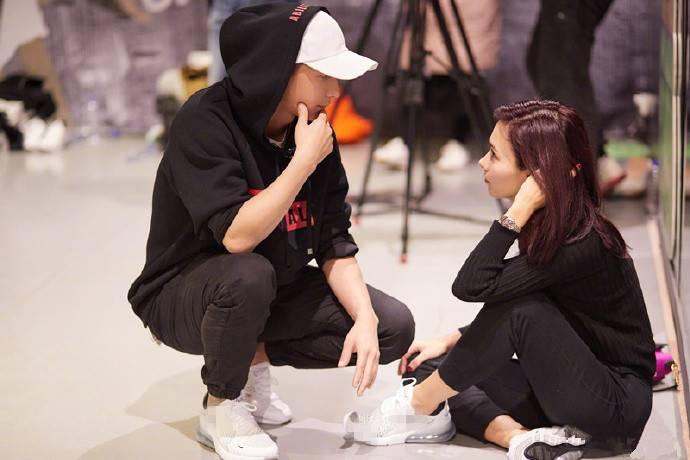 韩庚与女友卢靖姗甜蜜互动 深情相望撒狗粮