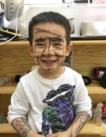 Jasper搞怪照曝光 用黑色记号笔涂鸦整张脸