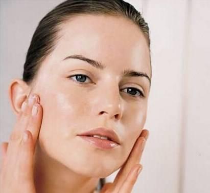 人到中年容易脸上长斑?
