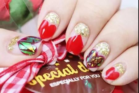 女生艳丽美甲造型,金色闪片让指甲重现光彩