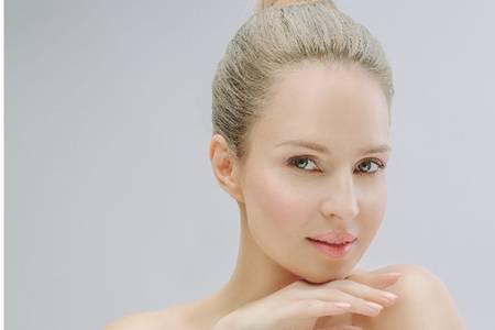 女生熬夜后的肌肤抢救,修护精华有效滋养
