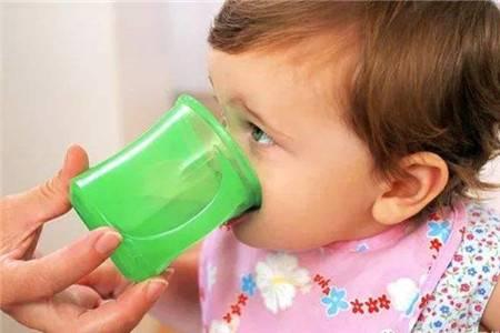 妈妈给婴儿喂水,实际上是在害他