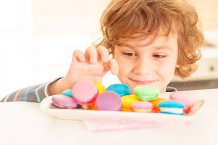面对爱吃的零食的孩子,妈妈是妥协还是禁止