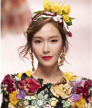 郑秀妍鲜花装饰发型,美丽发饰点缀长发