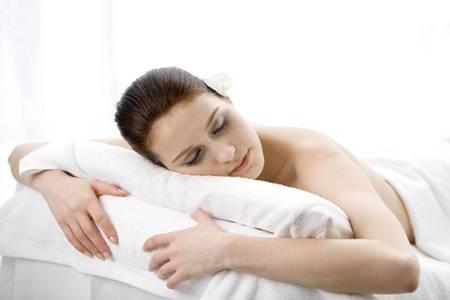 女生胸前长痘痘的三个原因,快速祛痘的小方法