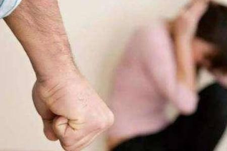 别把家暴当做婚姻的磨合期的借口,女人面对家暴要学会保护自己