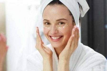 护肤误区:睡前不涂任何保湿护肤产品可以让皮肤休息是真的吗