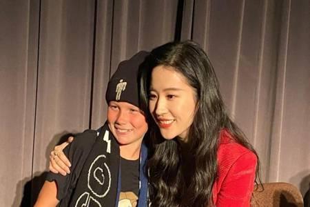 刘亦菲生图来了,宣传《花木兰》与粉丝合照颜值太飒了
