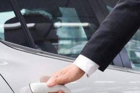 坐车礼仪:上异性领导的车,应该坐在什么地方?