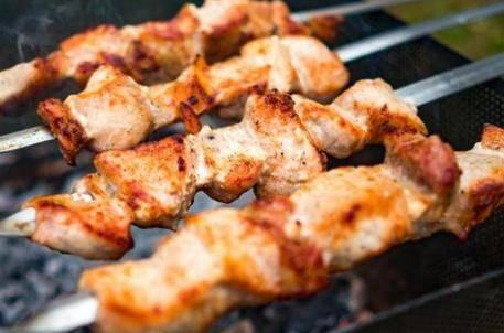 烤羊肉串的做法 正确烤原味羊肉串的腌制烧烤步骤是哪些