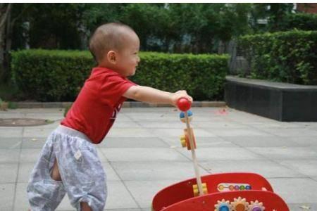 育儿知识:宝宝多大月份会走路 教宝宝学走路两个必备小妙招