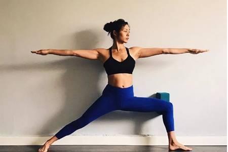 初入门瑜伽靠墙五个动作图片,缓解肩颈酸痛塑形效果满分