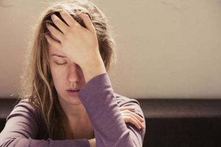 抑郁症的表现症状,女性出现产后抑郁要怎么治疗才好?
