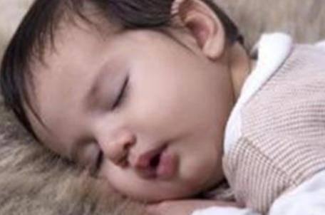 8个月的宝宝发育标准:体检身高不达标,医生建议夜晚不能喂食
