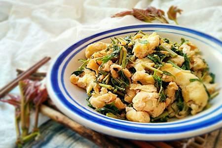 香椿炒鸡蛋的家常做法,软嫩香椿春季最好吃的农家菜