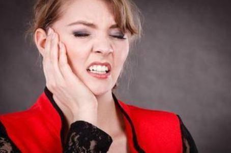 牙周病引起的原因和3个症状 牙周病的治疗方法是哪些