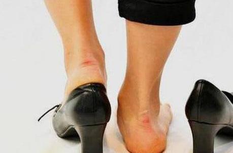 新买的高跟鞋磨脚后跟怎么办 四个方法立马解决新鞋子磨脚的问题