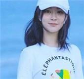 杨紫盐系海边写真,白色T恤棒球帽同款穿搭青春洋溢