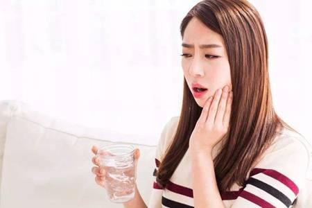 舌头发白什么原因,女性舌苔后白小心肠胃疾病