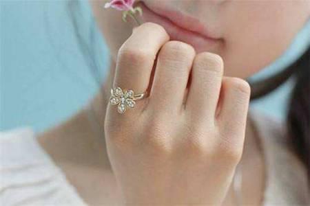 女生戒指的戴法和意义,左右手戴戒指原来有大不同
