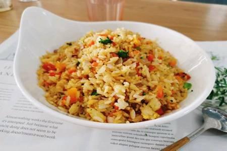 香软蛋炒饭的家常做法,米饭分明食材丰富一碗满足
