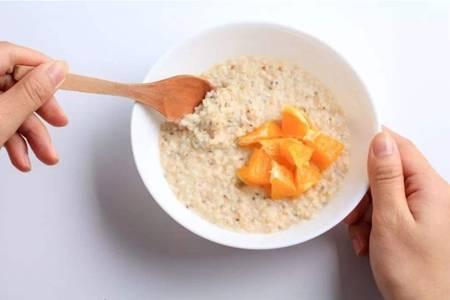 燕麦片怎样吃减肥,燕麦煮粥烤饼干的简单做法大全