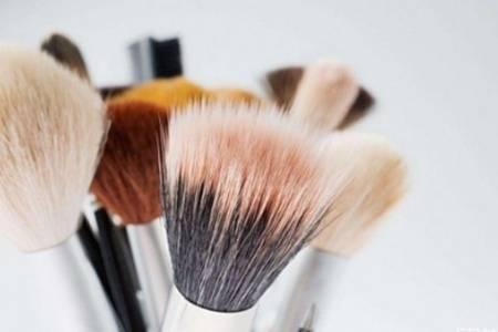 化妆刷和化妆海绵有什么区别  化妆刷pk海绵谁更适合涂粉底液