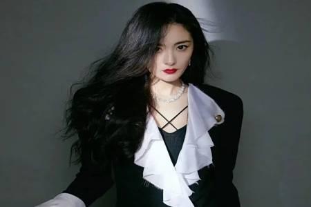 2020腾讯年度发布会杨幂闪钻礼服裙 极致诠释不同格调时尚LOOK
