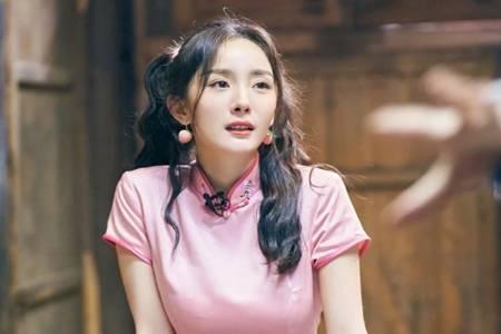杨幂双马尾粉色旗袍造型 俏皮可爱少女感十足
