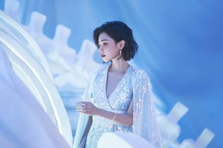 万茜海洋风贝壳裙造型惊艳  妆容精致海洋歌姬仙气十足