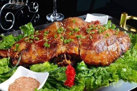 新疆烤全羊的做法与用料  烤全羊怎么做皮脆又好吃