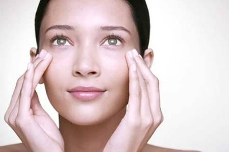 眼睛水肿怎么办如何快速有效消肿  睡觉前喝水眼睛会浮肿吗