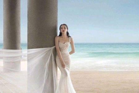 迪丽热巴飘纱鱼尾长裙造型曝光  西式飘纱搭配碧浪黄沙上演海滩大片