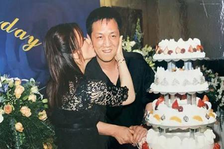 周正毅出狱后首次亮相 妻子毛玉萍苦等12年不容易