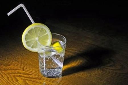 苏打水的功效与作用有哪些 万能苏打水可以治疗尿酸吗