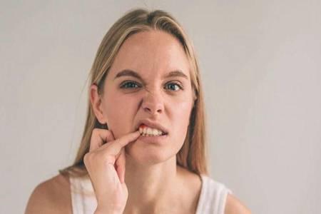 牙齿初老的信号有哪些 如何处理牙齿问题正确刷牙