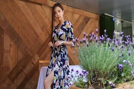 印花连衣裙搭配高跟鞋 简约穿搭知性优雅展现女人独特魅力