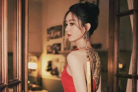 赵丽颖露背红裙造型曝光 精致丸子头搭配精美首饰惊艳十足