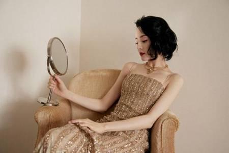 迪丽热巴鎏金吊带裙造型曝光 侧分编发美出圈生图简直封神